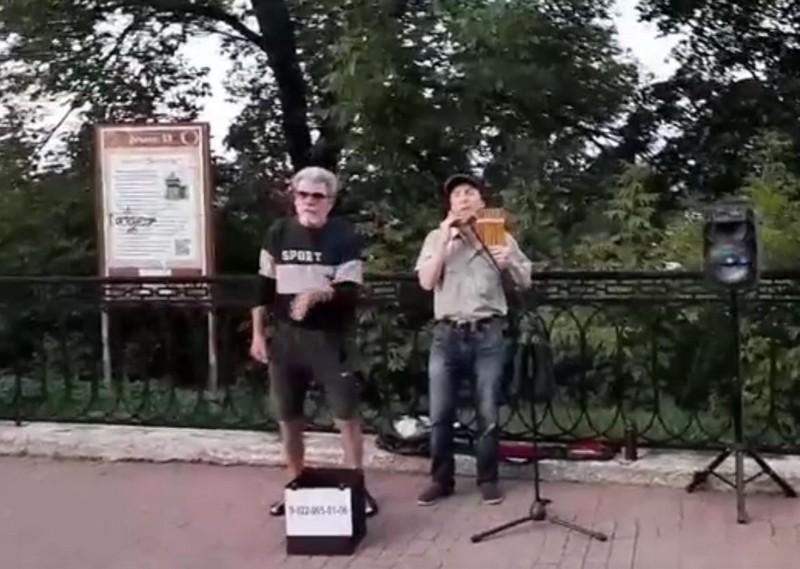 В Александровском саду играет человек на флейте Пана