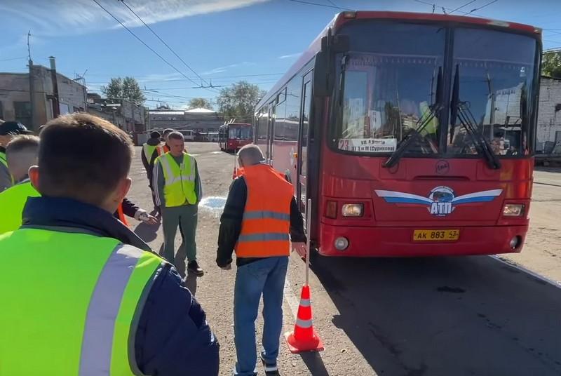 В Кирове водители автобусов продемонстрировали искусство фигурного вождения