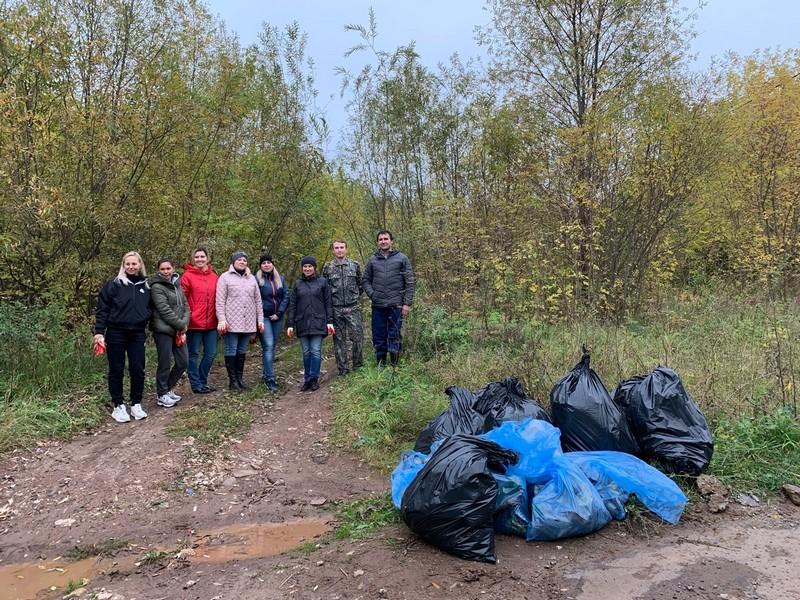 В Кирове активисты прибрали велопешеходный маршрут Нижней набережной