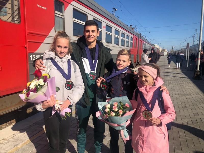 На кировском вокзале аплодисментами встретили спортсменов, вернувшихся из Италии