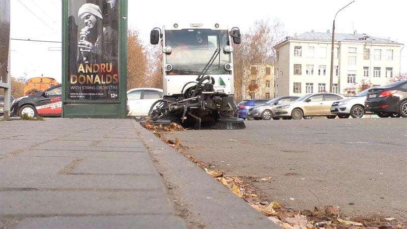 50 машин чистят Киров от опавших листьев